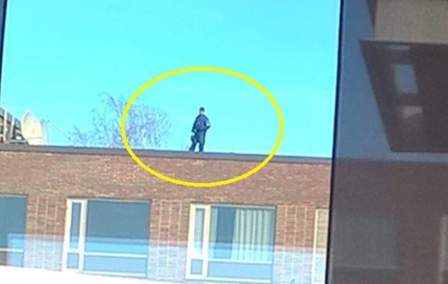Lukijan kuva Kalastajatorpan alueelta talon katolta, jossa on poliisi.