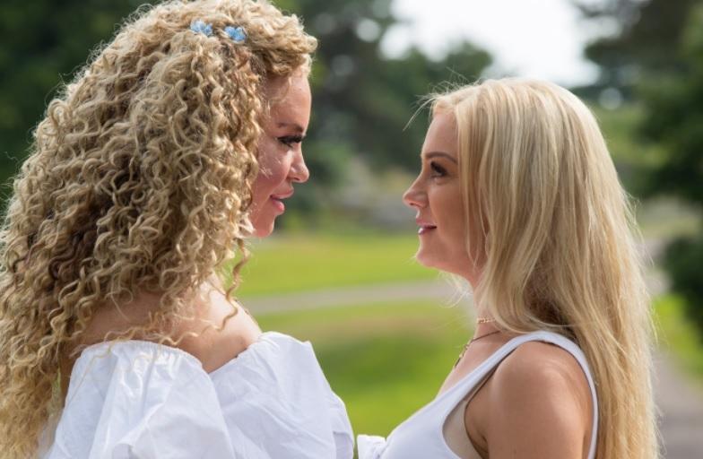 Johanna Jasmine-sisarensa kanssa.