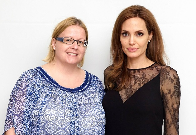 Hymyn toimittaja Kirpi Uimonen ja Angelina Jolie, HFPA