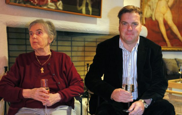 Hymy Lahtinen vierellään poikansa Jeppe.