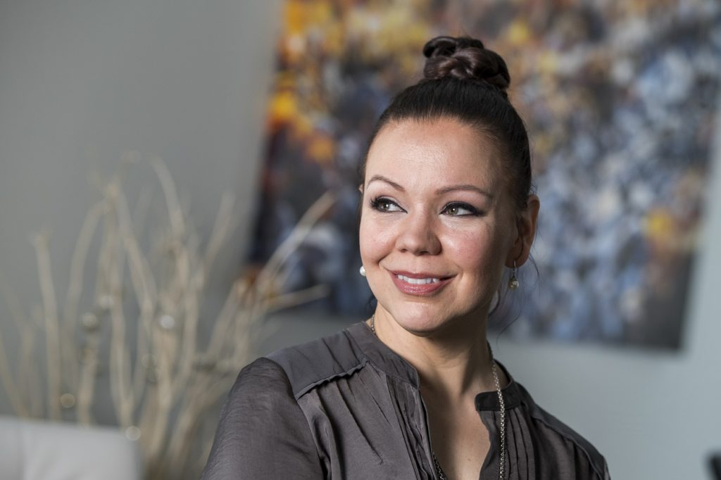 TERVEYSHYMY, TH2/2018. Terveystieteilijä Katja Kanelisto, 46v, on käyttänyt jo kymmenkunta vuotta arbutiinia maksaläiskien ja couperosan torjumiseen – ja on tyytyväinen. Raisio. KUVA: RONI LEHTI.