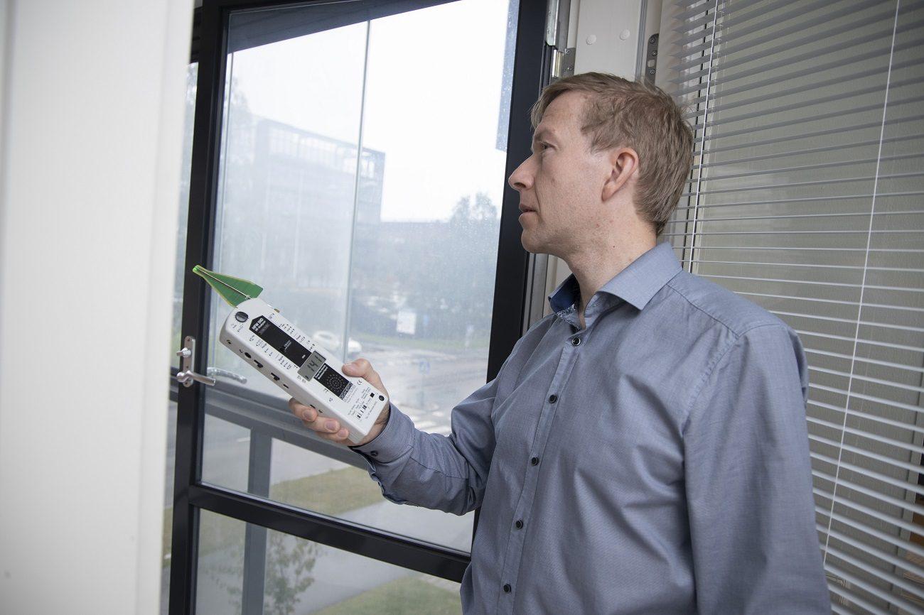 Säteilymittaus Terveys-Hymyn toimittajan Reijo Ikävalkon luona.